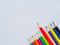 Farbenbleistifte auf Weißbuch Lizenzfreies Stockbild