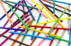 Farbenbleistifte auf weißem Hintergrund Stockfoto