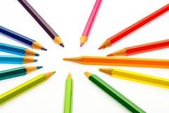Farbenbleistifte der verschiedenen Farben Stockfotos
