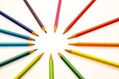Farbenbleistifte der verschiedenen Farben Stockfotografie