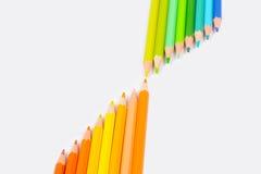 Farbenbleistifte getrennt auf weißem Hintergrund Stockfotografie