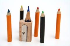 Farbenbleistifte herum eines ungewöhnlichen Bleistiftspitzers Stockbild
