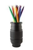 Farbenbleistifte innerhalb des Kameraobjektivs Lizenzfreie Stockbilder