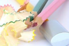Farbenbleistifte mit Bleistiftspitzer und Schnitzeln Lizenzfreies Stockfoto