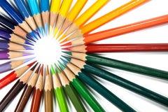 Farbenbleistifte ordnen in der Schleife an Lizenzfreie Stockfotografie