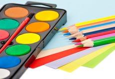 Farbenbleistifte, -papiere und -lacke Stockfoto