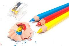 Farbenbleistifte und -bleistiftspitzer Stockbilder