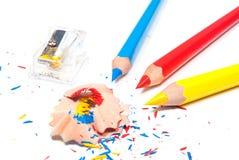 Farbenbleistifte und -bleistiftspitzer Lizenzfreie Stockfotos