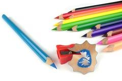 Farbenbleistifte und -bleistiftspitzer Stockfoto