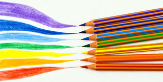 Farbenbleistifte und ein Regenbogen Lizenzfreie Stockfotografie
