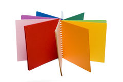 Farbenbleistifte und farbiges Notizbuch Stockfotografie