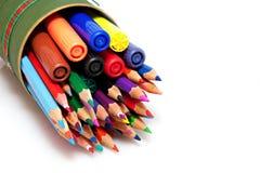 Farbenbleistifte und -federn Lizenzfreie Stockfotografie