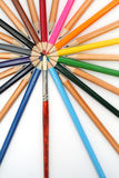 Farbenbleistifte wurden herum von einem Kunstpinsel aufgebaut Stockbilder