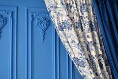Farbenblind auf der blauen Wand im Raum Stockbild
