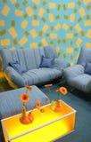 Farbenblume und -sofa Lizenzfreie Stockbilder
