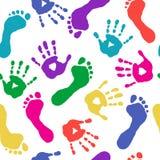 Farbendrucke von Händen und von Füßen Stockfotografie