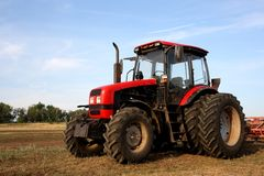Farbenfoto eines roten Traktors Lizenzfreies Stockbild
