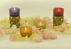 Farbenkerzen mit aromatischem Roseurlaub Stockfoto