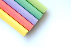 Farbenkreiden auf weißem backgro Stockfotos