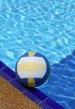 Farbenkugel auf Swimmingpool Stockfoto