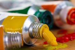 Farbenkunst-Acrylölleitung und künstlerisch, Künstler lizenzfreies stockfoto