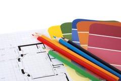 Farbenmuster, Bleistifte und ein Plan mit Exemplarplatz Lizenzfreies Stockbild