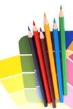 Farbenmuster und -bleistifte Stockbilder