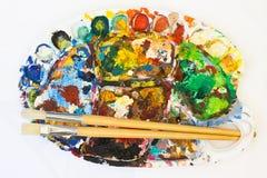 Farbenpalette mit Pinseln Stockbilder