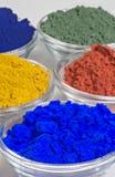 Farbenpigmente in den Glasschüsseln Stockfoto