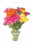Farbenroseblumenstrauß im Glasvase. Stockfotos