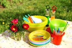 Farbensommer-Picknickzubehör auf einem Rasen Stockfotos