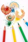 Farbenzeichenstifte mit Schnitzeln Stockfoto