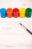 Farbfarben mit Bürstenporträtansicht Stockbild