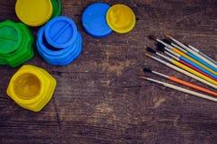 Farbfarben mit Pinseln Lizenzfreie Stockbilder