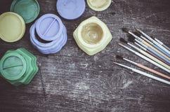 Farbfarben mit Pinseln Stockbilder