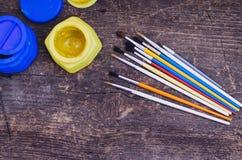 Farbfarben mit Pinseln Lizenzfreies Stockfoto