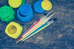 Farbfarben mit Pinseln Stockfotos