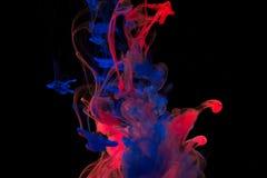 Farbfarbentropfen des Wassers TINTE, die unter Wasser wirbelt Lizenzfreies Stockbild