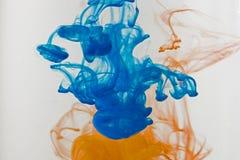 Farbfarbentropfen des Wassers TINTE, die unter Wasser wirbelt Lizenzfreie Stockbilder