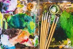 Farbfragmente befleckt auf Papierbl?ttern von der Kunst lizenzfreie stockfotos