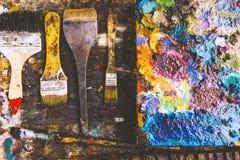 Farbfragmente befleckt auf Papierbl?ttern von der Kunst und von den Pinseln stockfotografie