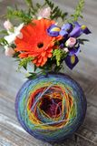Farbgarn zu stricken stockfoto