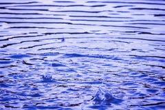 Farbhintergrund mit Wasseroberfläche Stockbild