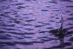 Farbhintergrund mit Wasseroberfläche Stockfotos