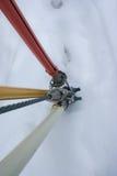Farbige Abspannungen im Schnee Stockfotos