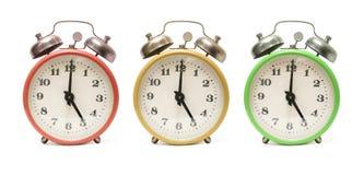 Farbige Alarmuhren getrennt Stockfoto