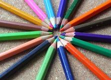 Farbige alte Bleistifte oder Zeichenstifte Lizenzfreie Stockfotos