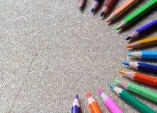 Farbige alte Bleistifte oder Zeichenstifte Stockbild