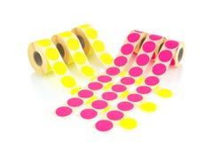 Farbige Aufkleberrollen lokalisiert auf weißem Hintergrund mit Schattenreflexion Farbspulen von Aufklebern für Drucker Aufkleber  Lizenzfreie Stockbilder