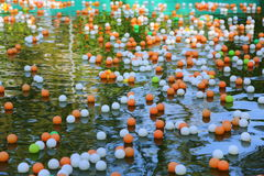farbige Bälle auf dem Wasser Lizenzfreies Stockfoto
